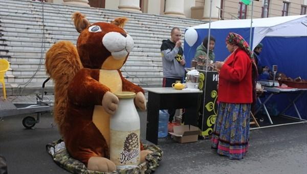 Фото: riatomsk.ru. Двухметровая плюшевая белка, украденная с рождественской ярмарки в переулке Плеханова в начале декабря, была случайно найдена участковым в одной из квартир Томска