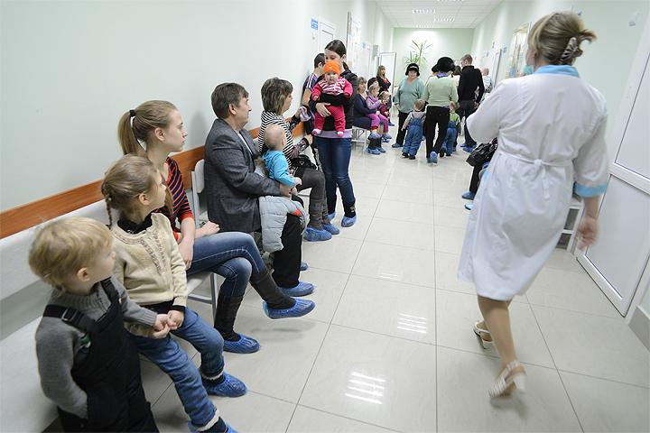 В помещении детской поликлиники.