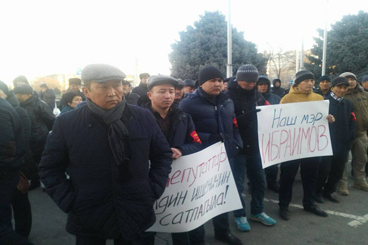 Сторонники Ибраимова вышли поддержать своего кандидата к зданию мэрии.