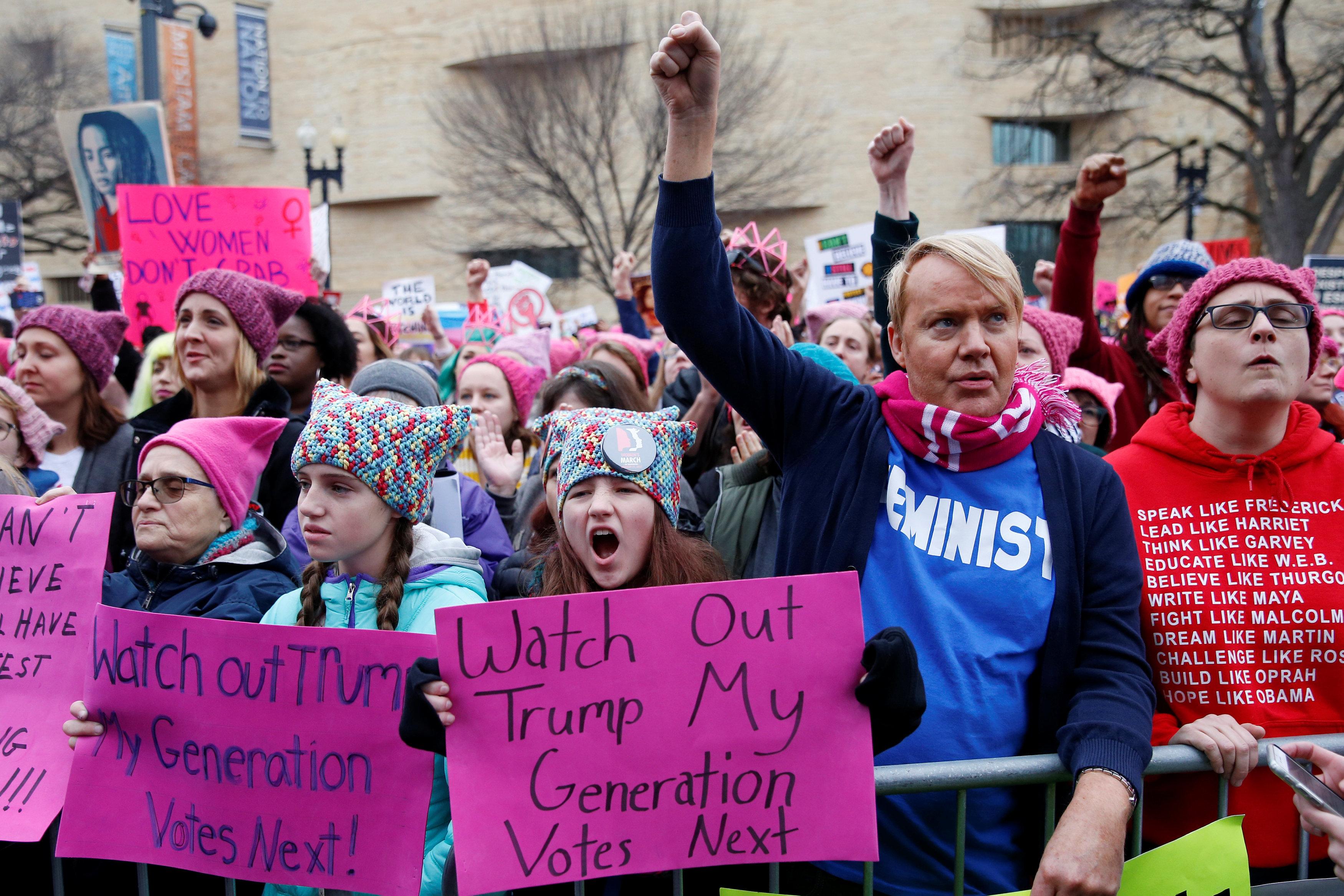 Картинки по запросу Шер на митинге против трампа
