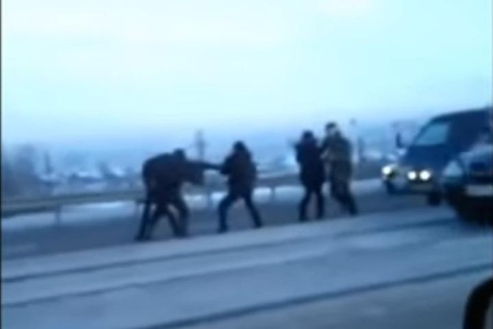 Винтернете появилось видео потасовки, которую устроили участники ДТП вУлан-Удэ