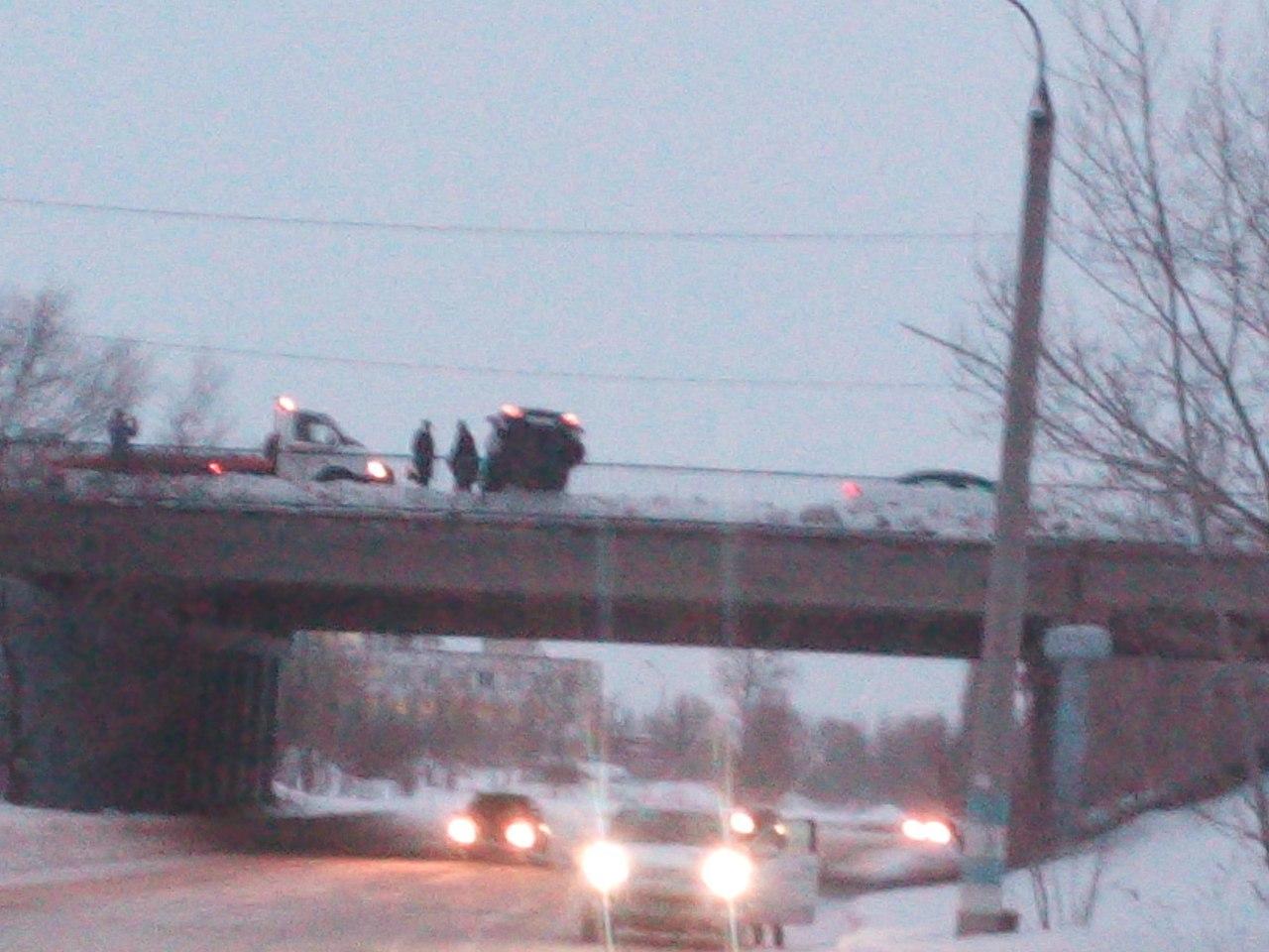 Иностранная машина повисла наограждении моста вУльяновске