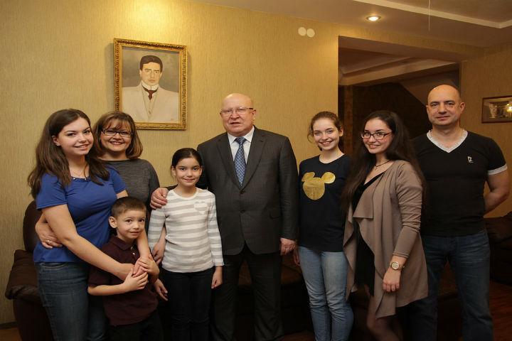 Шанцев наградил многодетную семью, победившую навсероссийском конкурсе