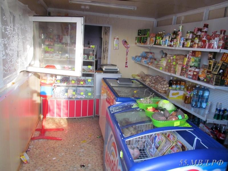 Трое парней обокрали магазин впоселке иуехали натакси вОмск