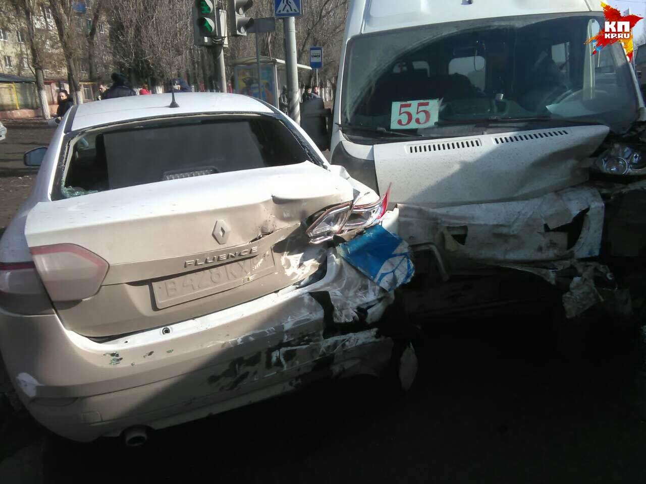 ДТП вСаратове: Встолкновении маршрутки синомаркой пострадали люди