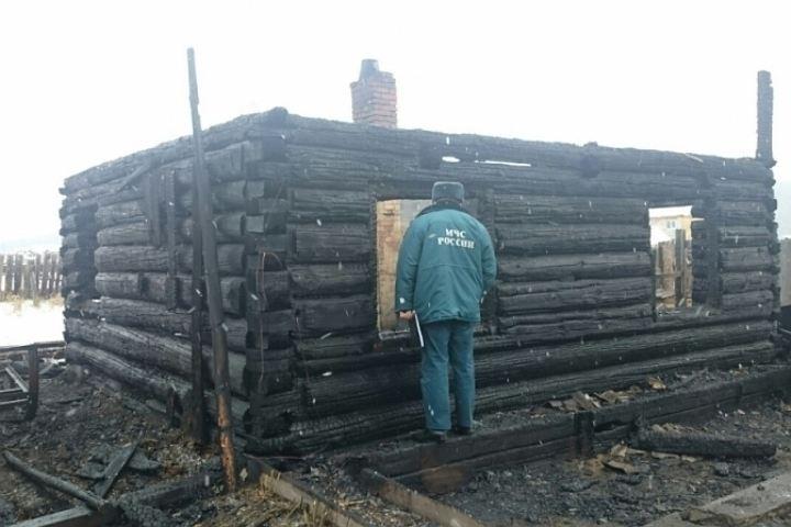 Мужчина оставил супругу идетей вгорящем доме вИркутском районе