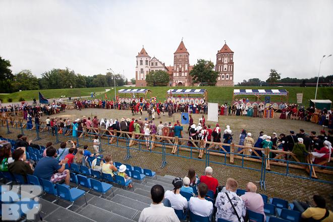 Рыцари со всей Европы собрались в эти дни в Мире, что бы поучаствовать в турнирах и договорных боях.