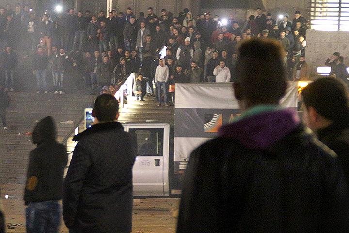 Сирийские беженцы по-своему отпраздновали Новый год на привокзальной площади Кельна. Фото: EASTNEWS/AFP