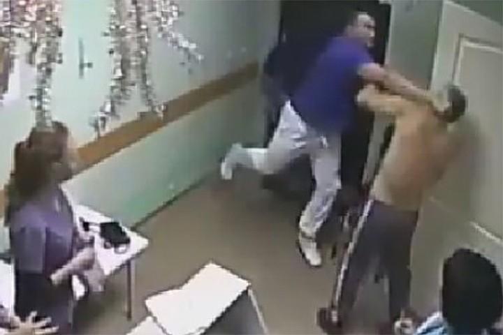 Избиение врачом пациента в белгородской больнице обернулось смертью жертвы нападения.