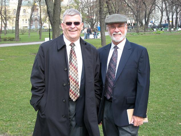 Лучший американский экстрасенс-разведчик, «Агент 001»Джозеф Мак-Монигл (слева) и его шеф,последний директор секретнойпарапсихологической программы правительства США «Звездные врата» Эдвин Чарльз Мэй.