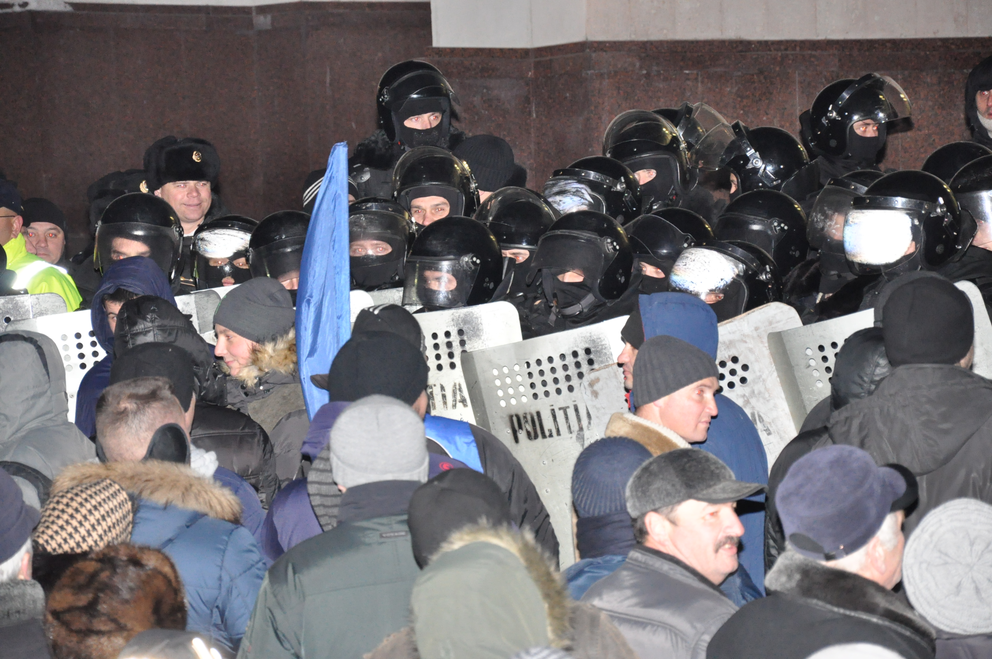 Потолкались все. У здания парламента пикетчики и полиция шли стенка на стенку. Фото: Сергей СЕДЛЕЦКИЙ