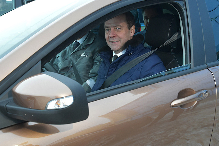 Кстати, во время посещения «АвтоВАЗа» премьер устроил заводу неплохой пиар. Осмотрев цеха, Медведев прокатился по территории завода на новеньком автомобиле «Лада X-RAY». Фото: РИА Новости