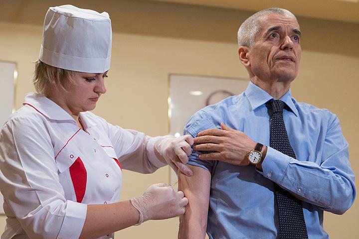 Прививка - это надежная защита от вирусных инфекций. Геннадий Онищенко лично пропагандирует эту процедуру. Фото: РИА Новости