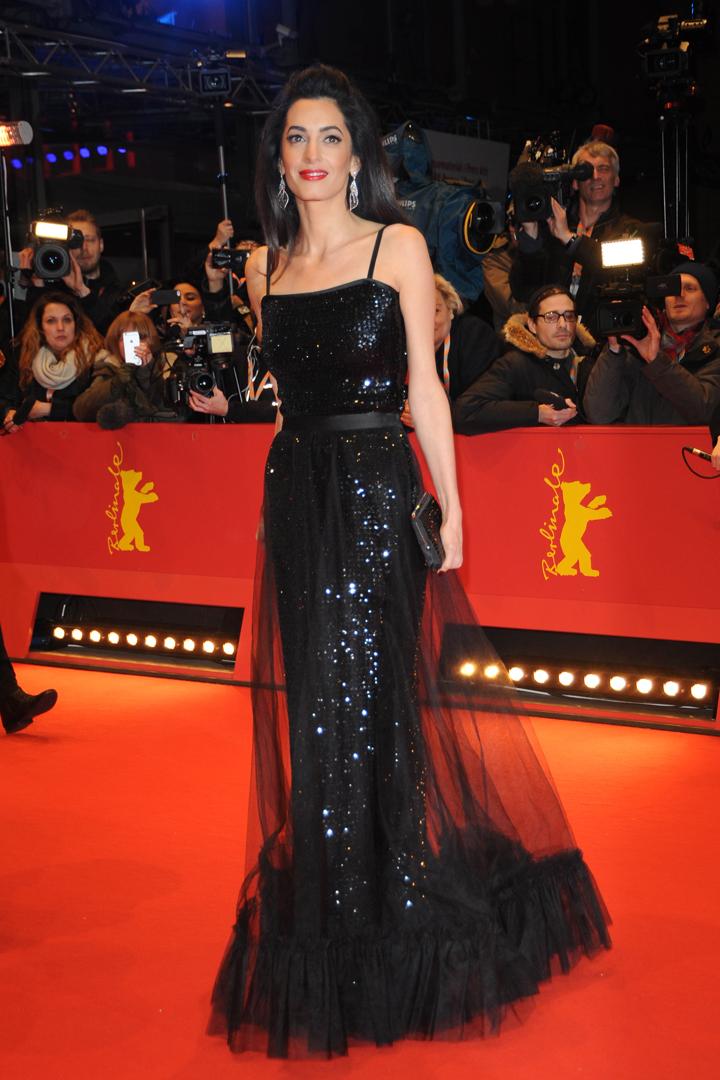 Амаль Клуни выбрала для премьеры черное вечернее платье с прозрачным подолом. Фото: SPLASH NEWS