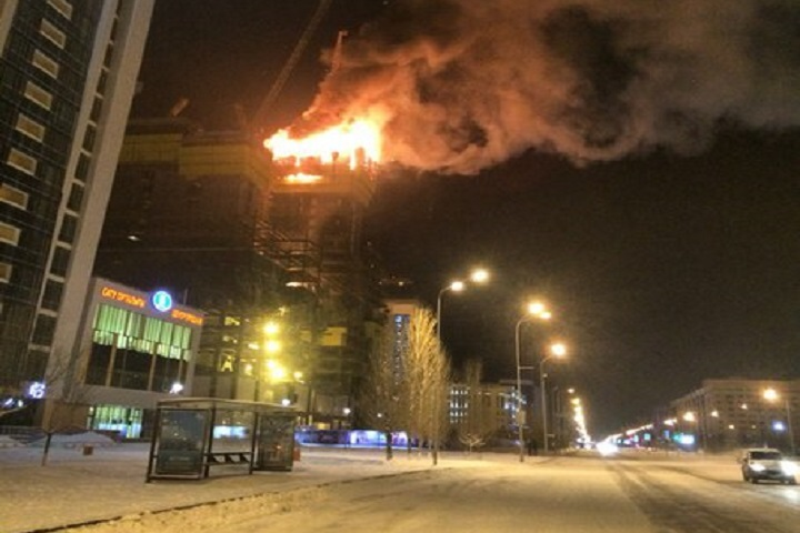 """В Астане горел недостроенный небоскреб """"Абу-Даби Плаза"""". Фото: vk.com/ztb_kz"""