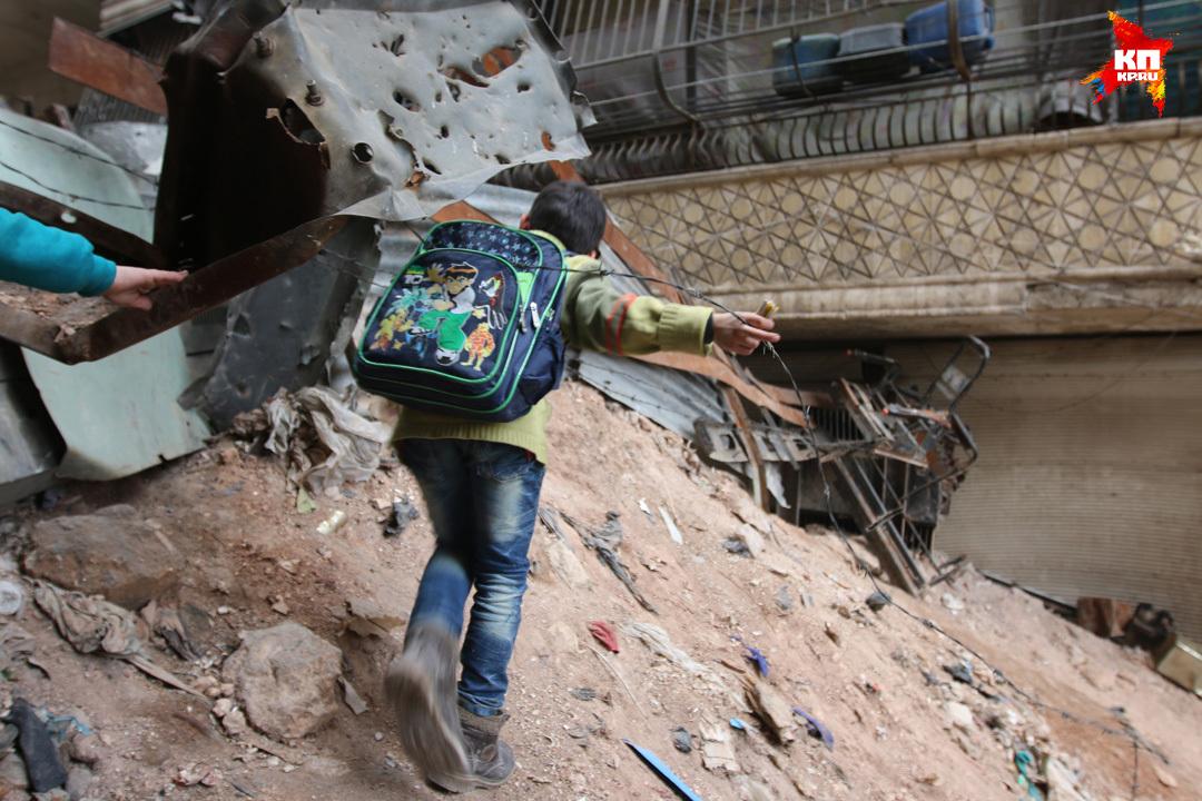 Такой путь дети проделывают дважды в день — в школу и обратно Фото: Александр КОЦ, Дмитрий СТЕШИН