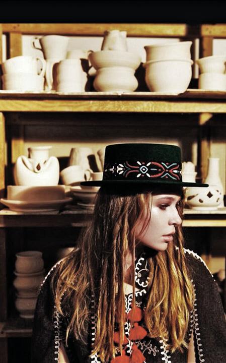 Пока Вера Брежнева поет, ее 14-летняя дочь Соня (слева) получает гонорары за фотосессии в шляпках. Фото: СОЦСЕТИ