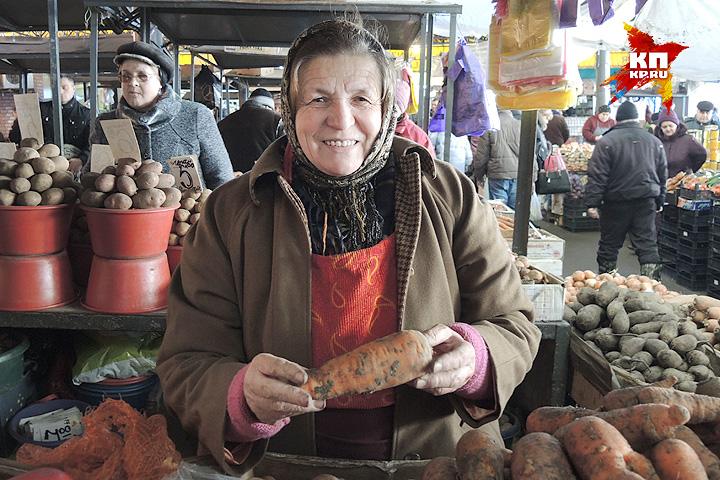 Бабушка Мария продает настоящую молдавскую морковку. Фото: Дарья АСЛАМОВА