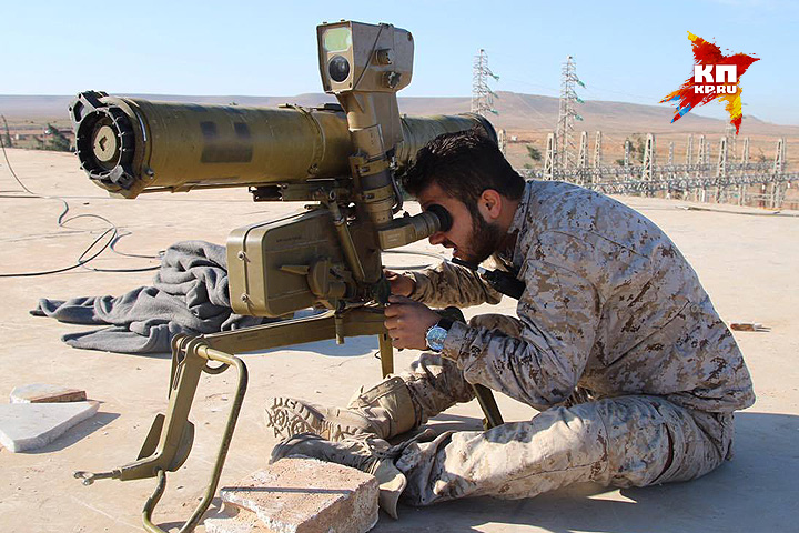 Боец сирийской армии и противотанковый ракетный комплекс. Фото: Александр КОЦ, Дмитрий СТЕШИН