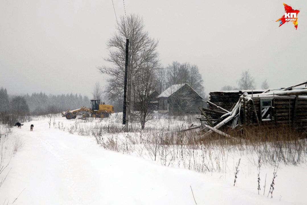 Дорогу к населенному пункту в 14 человек чистится самым натуральным грейдером. Фото: Василий ХОДАРЕВ