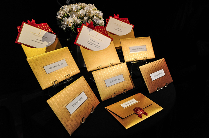 Те смаые золотые конверты, в которых на сцене будут извлекать имена победителей. Фото: EAST NEWS.
