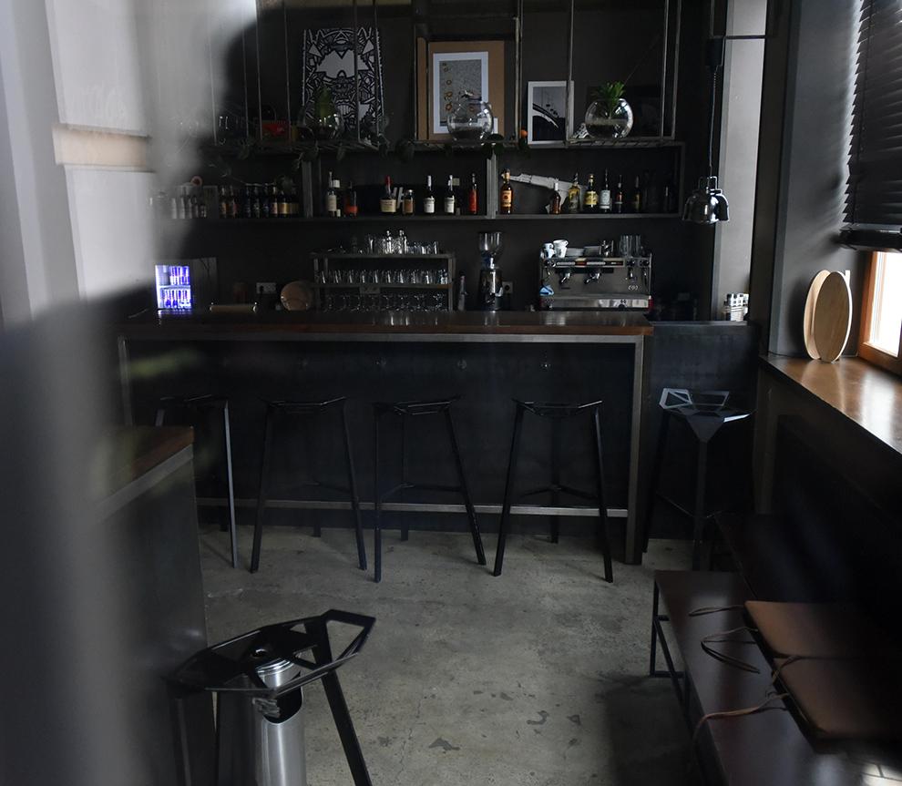 В заведение попасть не удалось - оно было закрыто. Заглянули в окно – стандартный виски-бар с маленьким залом – метров 30, не больше. Фото: Оскар ЯНСОНС