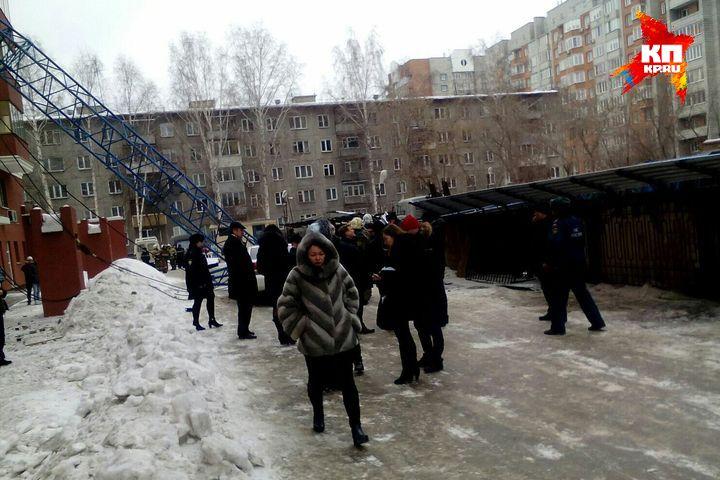 Жители многоэтажки ждут на улице полицию и МЧС. Фото: Катерина КОМЯКОВА