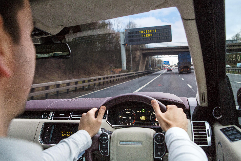 В дороге есть возможность расслабиться и сосредоточиться на своих мыслях. Фото: Land Rover
