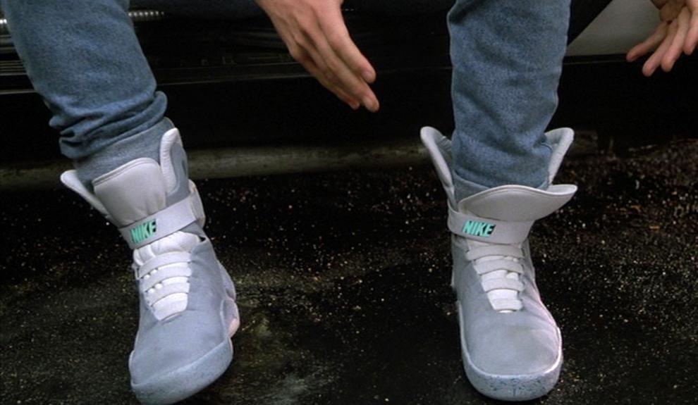 В будущем Мартин, помимо прочих чудесных вещей, обнаруживает кроссовки Nike, которые завязываются и принимают форму ступни сами, стоит засунуть в них ногу и нажать на кнопку Фото: кадр из фильма