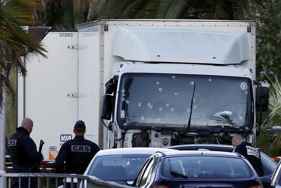 В эту страшную ночь в Ницце, когда грузовик таранил прогуливающихся по набережной людей, под колесами оказались и две россиянки Фото: REUTERS