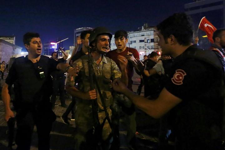 Солдаты сдают оружие Фото: REUTERS