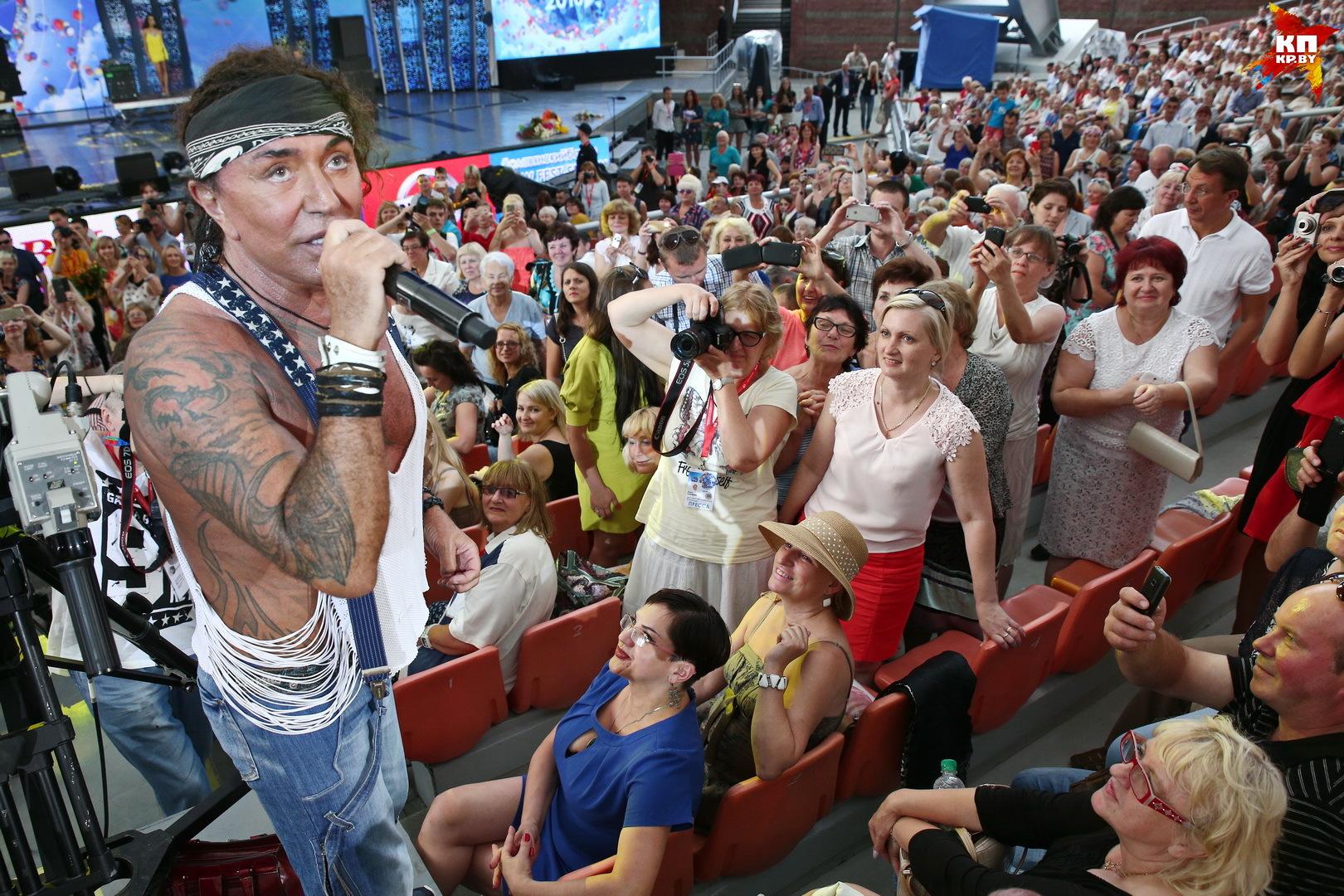 Валерий Леонтьев запросто выходит в зал пообщаться со зрителями Фото: Виктор ГИЛИЦКИЙ