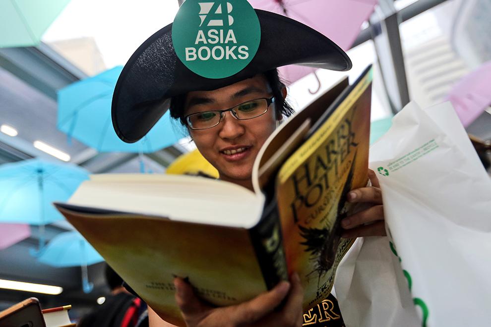 """Только что вышла очередная книга о мальчике-волшебнике « Гарри Поттер и проклятое дитя"""". Ее уже называют главным событием в книгоиздательском мире за последние десять лет. Спрос чудовищный! Фото: EAST NEWS"""