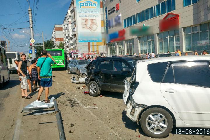 В автобусе, протаранившем автомобили на парковке у «НоваТора», находились 10 человек