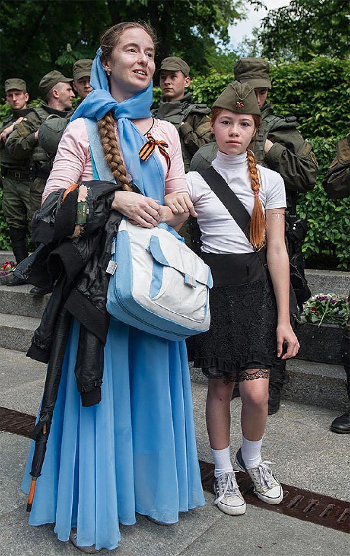 Настя с мамой за несколько секунд до нападения. Фото: Alexey Furman/Anadolu Agency/Getty Images