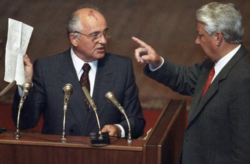 23 августа 1991 года: Президент СССР Михаил Горбачев и Президент РФ Борис Ельцин во время вечернего заседания внеочередной сессии ВС РСФСР.  Даже после ГКЧП Горбачев боролся за Союз.