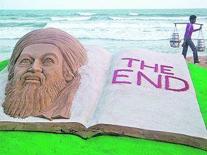 Вот такую гигантскую скульптуру из песка с надписью «Конец» изготовили в индийском городе Пури в ответ на известие о гибели злодея номер один. Фото: REUTERS
