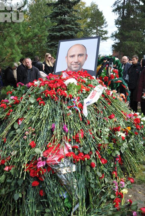 Могила хоккеиста была усыпана цветами Фото: Николай КРИВИЧ