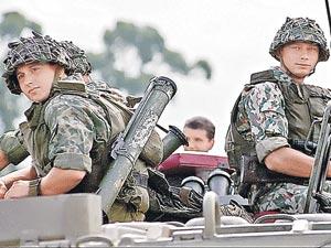 В августе 2008 года Российская армия дала достойный отпор грузинским захватчикам. Но войско Саакашвили с помощью стран НАТО снова накачивает «мускулы» и бряцает оружием. Фото: Анатолий ЖДАНОВ