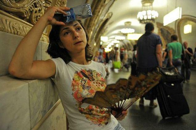 От жары и духоты в подземке нашего корреспондента не спасли ни веер, ни вода. Фото: Марина ВОЛОСЕВИЧ