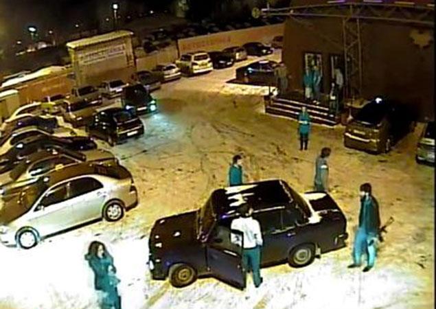 На видео видно,как парень с ружьем несколько минут спокойно ходил по стоянке...