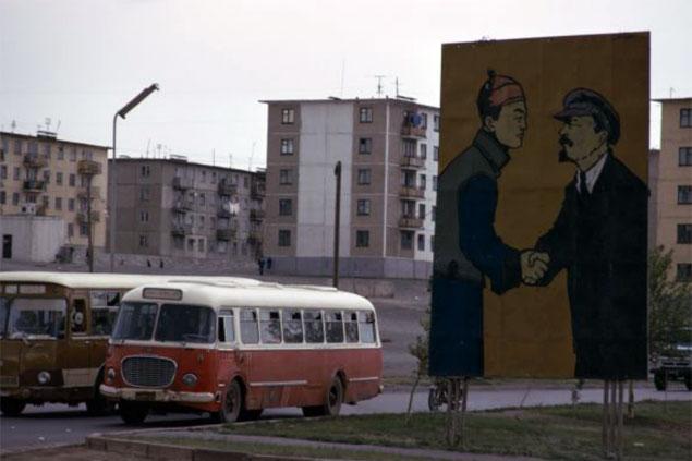 Когда-то символы советско-монгольской дружбы были в столице Монголии Улан-Баторе на каждом шагу. На фото - первый социалистический монгольский лидер Сухэ-Батор жмет руку Владимиру Ленину. Фото: GLOBAL LOOK PRESS