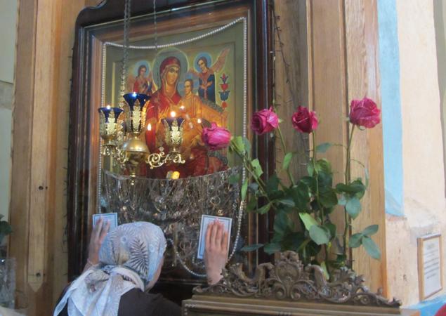 Все, кто приезжает в Сынковичи, прислоняются к чудотворной иконе