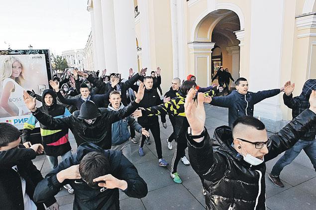 f3 После смерти Маши Ефремовой сотни молодых питерцев пришли с националистическими лозунгами к «Апраксину двору», где торгуют (а часто прямо там и живут) мигранты. Всмотритесь- большинство в этой колонне- несовершеннолетние! Фото: РИА Новости