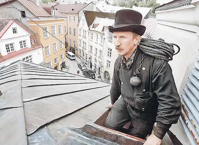 Символом Таллина всегда был трубочист. Сегодня и он рванул бы на заработки в Европу. Фото: REUTERS