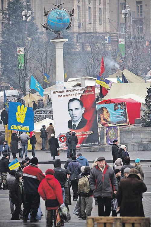 В последние годы националистические движения на Украине стали серьезной политической силой (на плакате у митингующих - Степан Бандера).