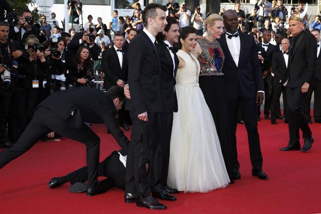 Америка Ферерра пришла на премьеру в белоснежном платье с пышной юбкой. Оно-то и стало невольным виновником неприятного происшествия. Фото: REUTERS