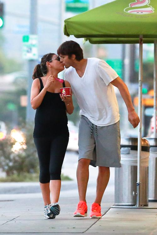 Мила и Эштон обручились сразу после того как актер получил официальный развод с Деми Мур. Фото: SPLASH NEWS