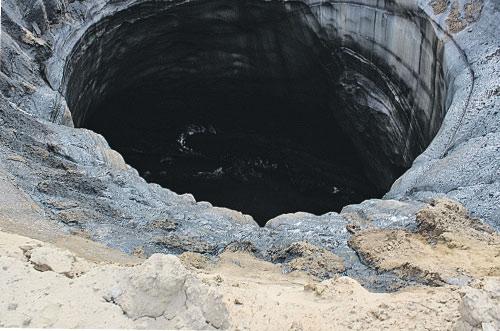 Кратер в Антипаюте появился в прошлом году, на снимках видно, что бруствер успел осесть.