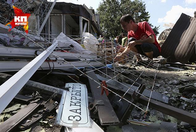Разваленные многоэтажки, разбитые магазины, повсюду воронки и развороченный асфальт Фото: REUTERS